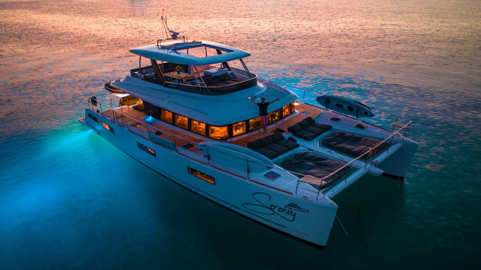 Catamaran à moteur aux bahamas le soir