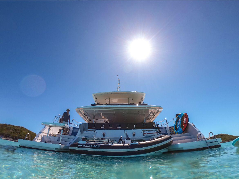 Catamaran privé aux Bahamas vu de sur l'eau