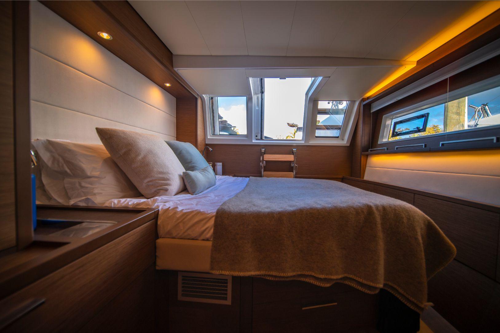 Chambre confortable et luxueuse sur le catamaran