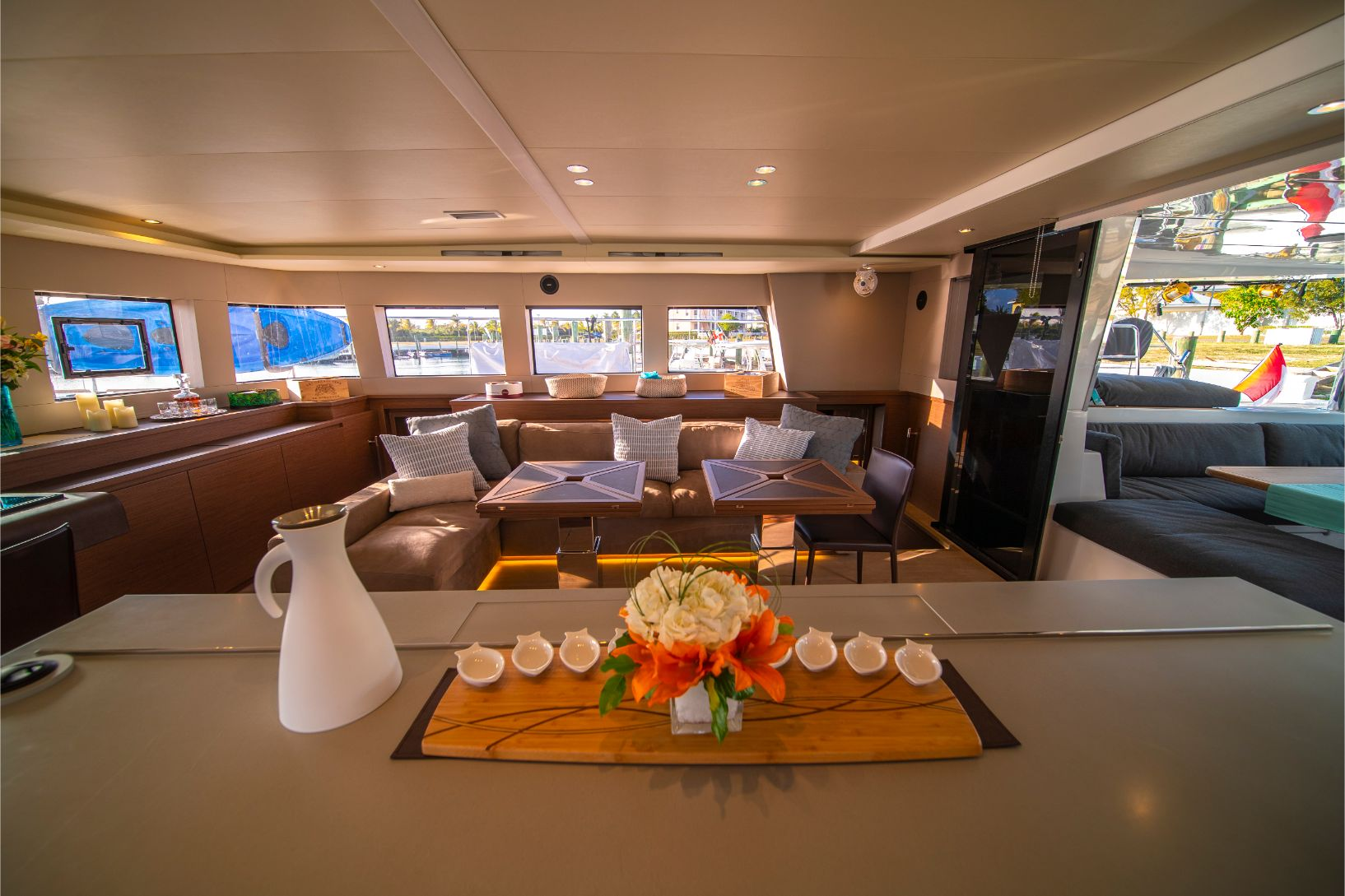 Air de détente confortable à l'intérieur du catamaran