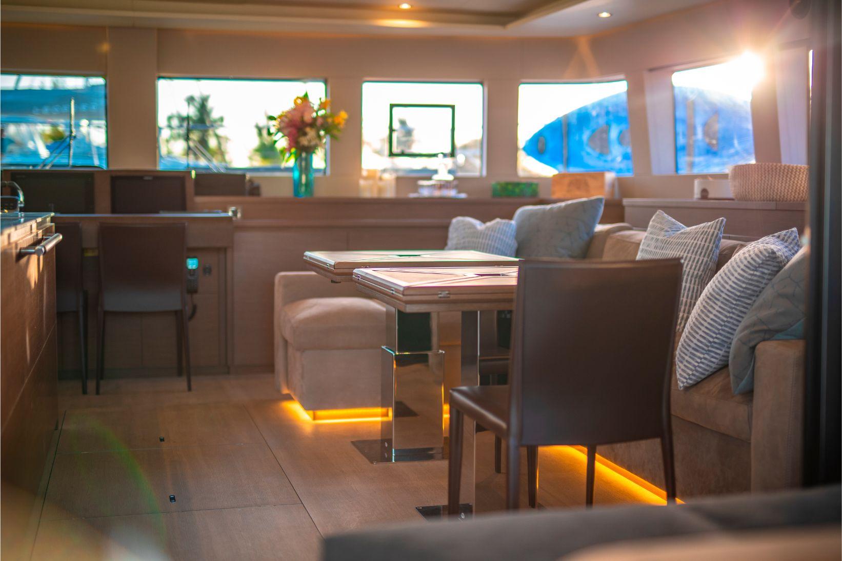 Aire de détente confortable du catamaran