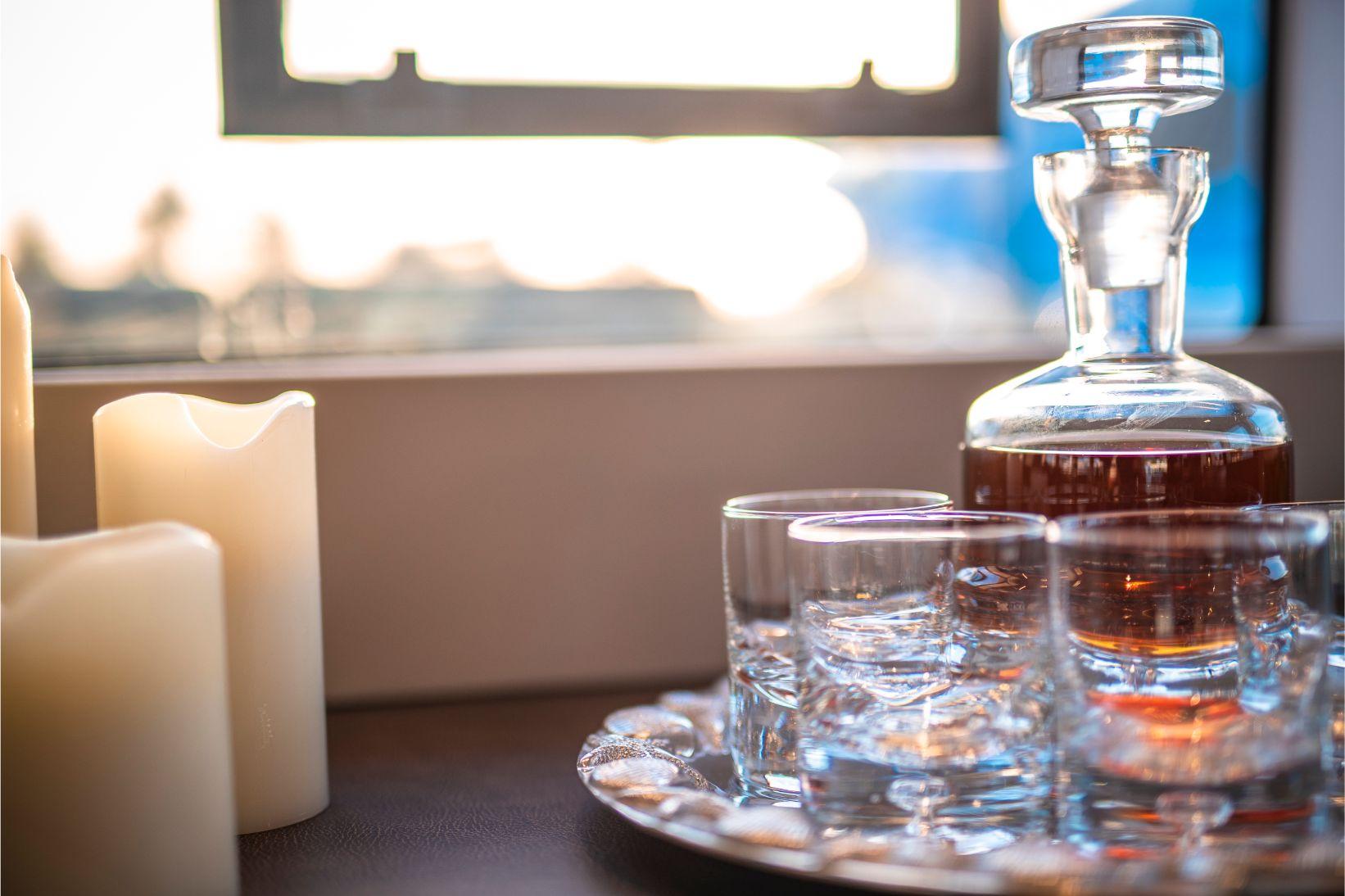 Rhum brun bahaméen dans bouteille luxueuse avec verres et plateau