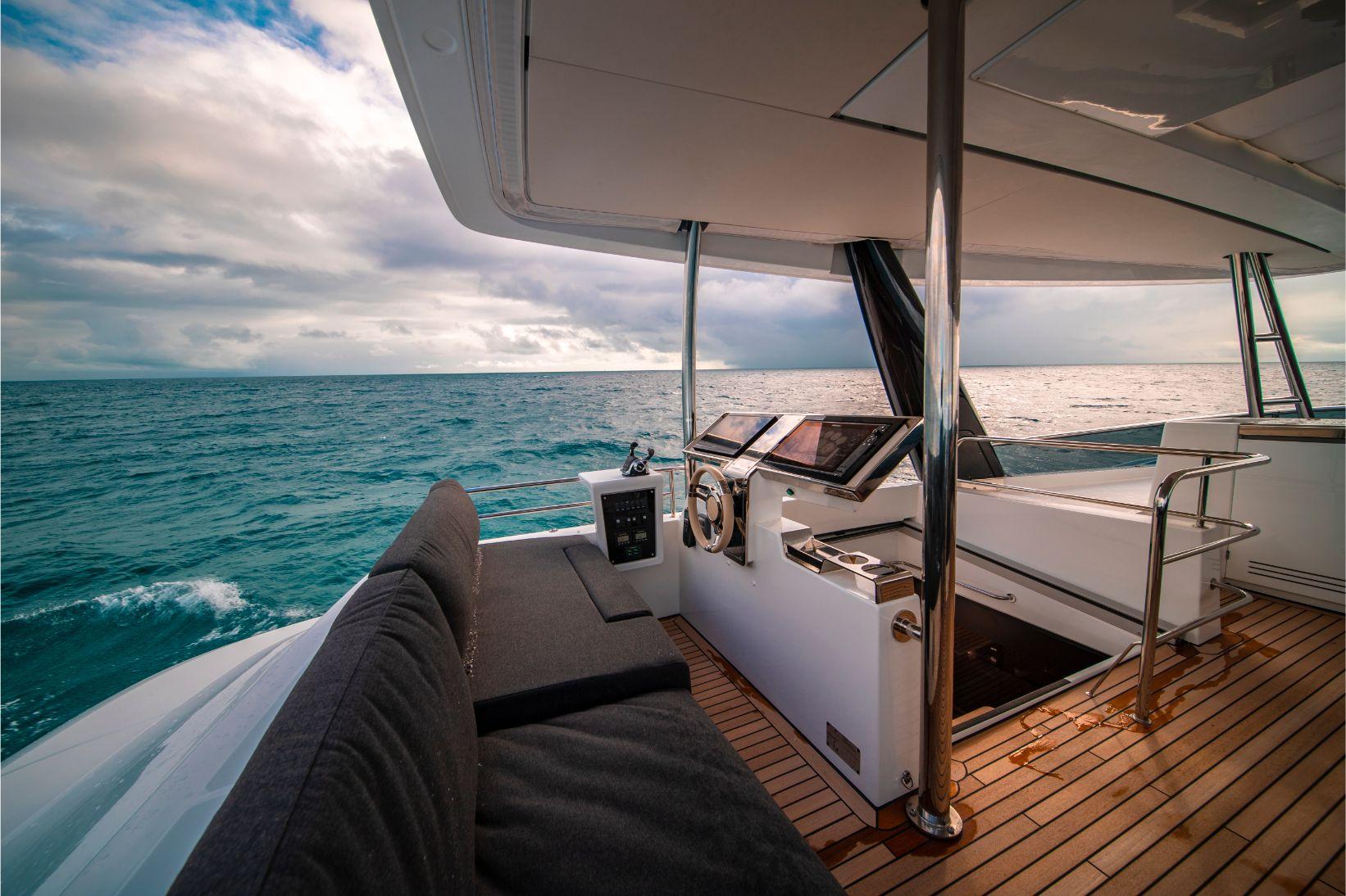 Tableau de contrôle du catamaran à moteur