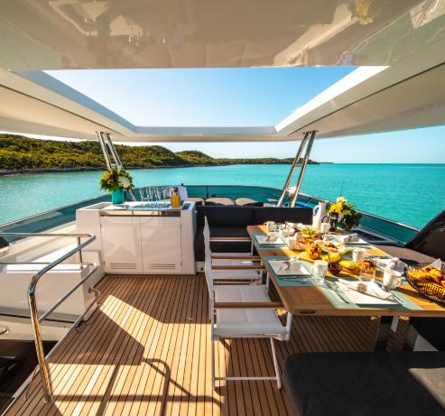 Vue incroyable des bahamas depuis catamaran privé avec déjeuner coloré