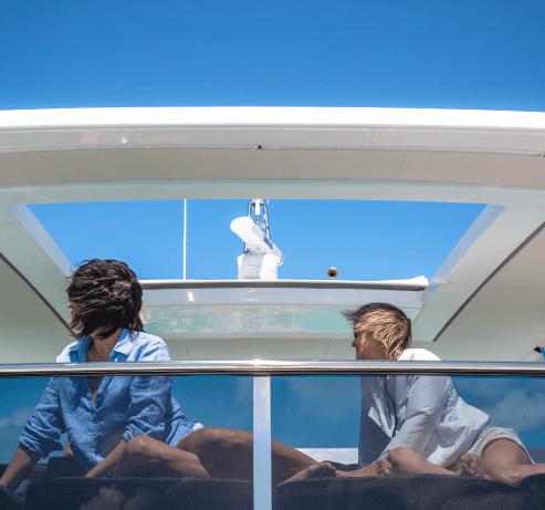 Couple profitant de la vue sur catamaran à moteur
