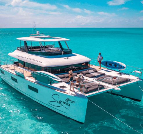 Catamaran à moteur sur les eaux turquoises des bahamas   Bateau de Marc Saulnier   Serenity Navigation