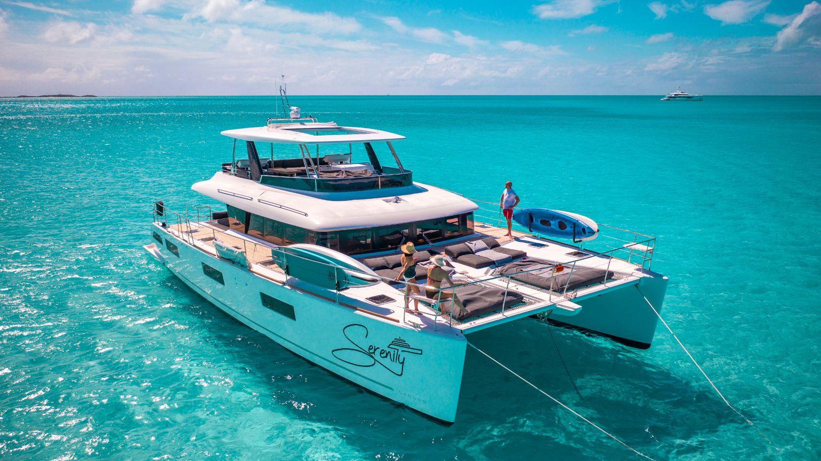 Catamaran sur les eaux turquoises bahaméennes   Bateau de Marc Saulnier   Serenity Navigation