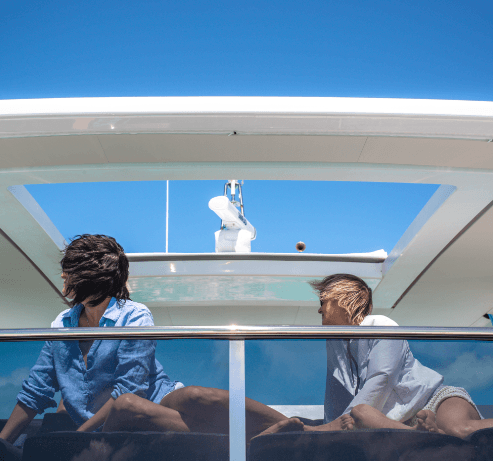 Couple profitant de la vue sur catamaran à moteur   Bateau de Marc Saulnier   Serenity Navigation