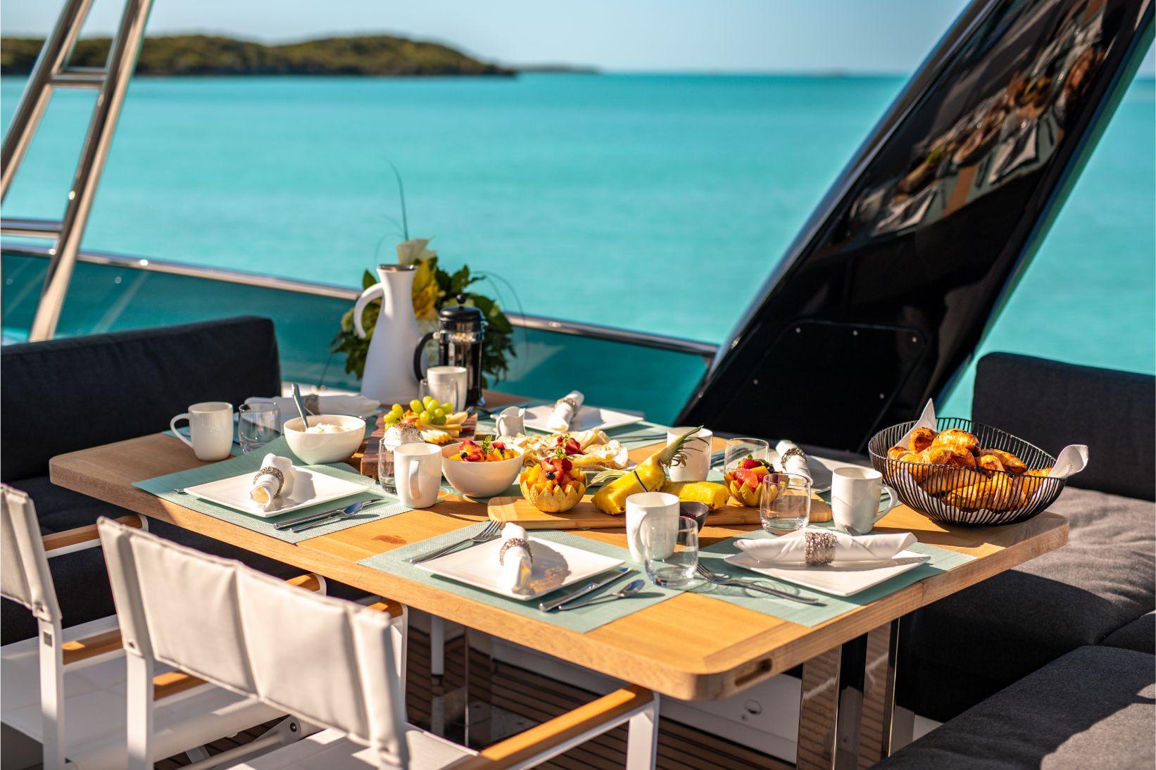 Déjeuner gastronomique avec vue incroyable des bahamas sur catamaran   Bateau de Marc Saulnier   Serenity Navigation