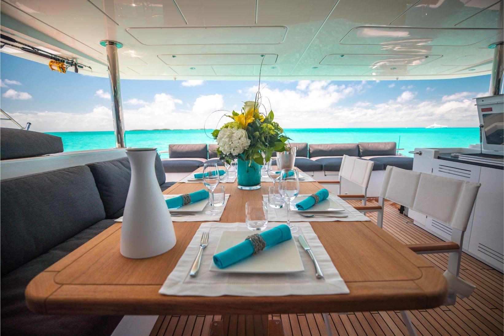 Salle à manger extérieure sur catamaran privé   Bateau de Marc Saulnier   Serenity Navigation